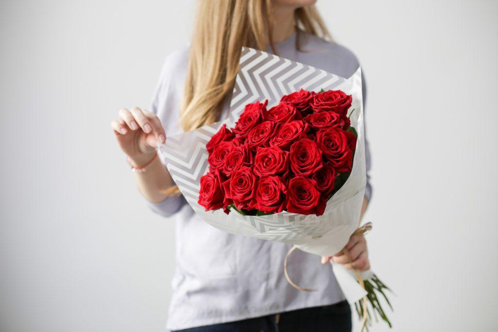 Картинки девушка держит букет роз